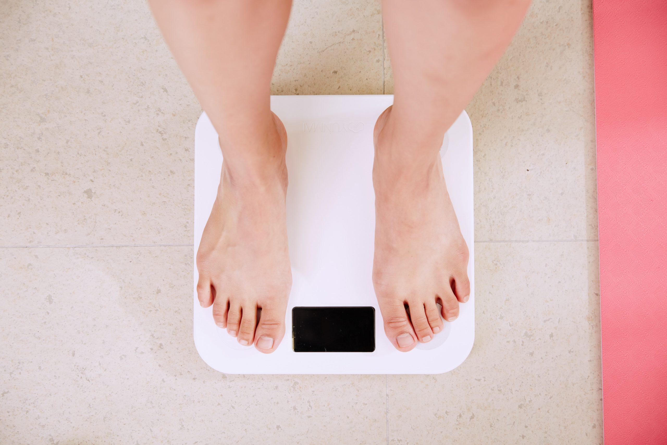 Personne se pesant pour savoir Combien de Calories pour Perdre du Poids